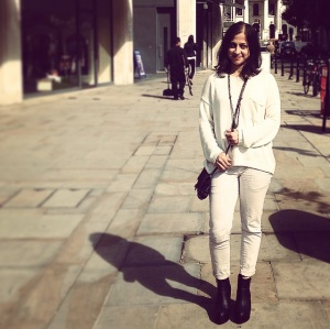 White jumper and platform booties from H&M, bag from Zara and white trousers from Bershka.